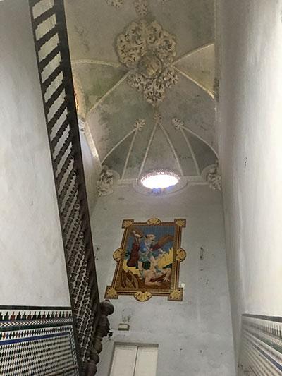 Conoce el hospital de San Juan de Dios: La escalera y el retablo cerámico de San Miguel